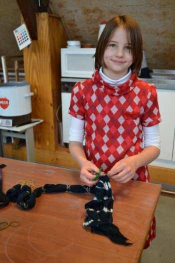 Maïté maakt een sjaal in atelier textiel