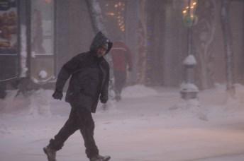 Des citadins bravent la tempête pour renter au travail vendredi matin à Moncton. - Acadie Nouvelle: Patrick Lacelle