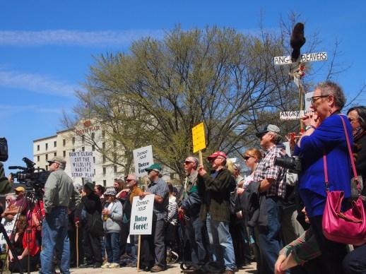 Plus de 300 personnes ont manifesté contre la nouvelle stratégie forestière du gouvernement de David Alward, à Fredericton. - Acadie Nouvelle: Mathieu Roy-Comeau