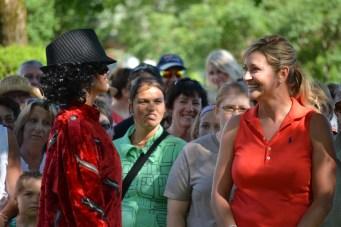 Clodine Desochers rencontre ici l'une de ses idoles de jeunesse, la star du pop, Michael Jackson.- Acadie Nouvelle: JF Boisvert
