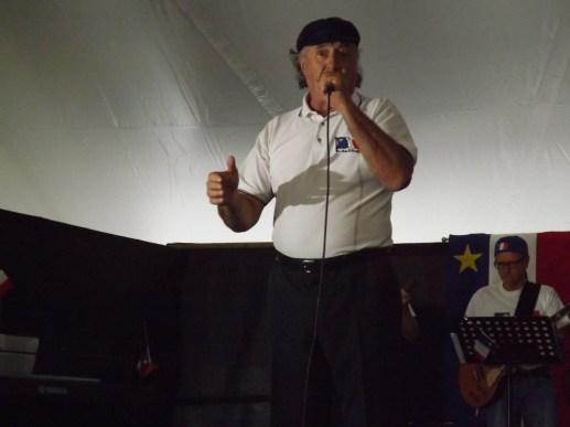 Donat Lacroix interprète «Viens voir l'Acadie». La foule est debout et fredonne la chanson. - Acadie Nouvelle: Sébastien Lachance