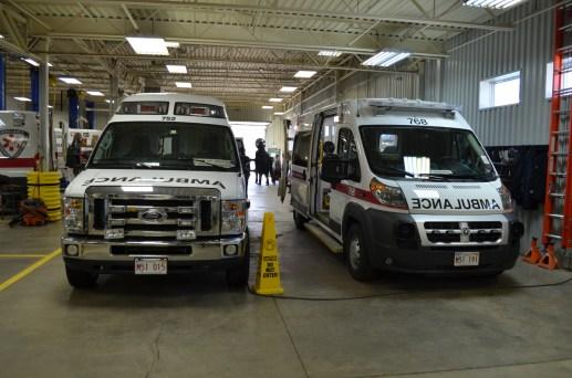 Les nouvelles ambulances (droite) sont plus grandes et mieux équipées que les anciennes (gauche). - Acadie Nouvelle: Jean-Marc Doiron