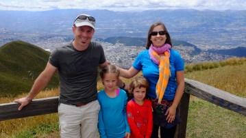 La famille Landry-Ferradini, sur le volcan Pichincha, 4000 mètres d'altitude, qui domine la ville de Quito - Gracieuseté