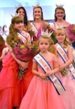 La jeune fille de Tracadie aime porter de jolies robes pour les concours de miss. - Gracieuseté