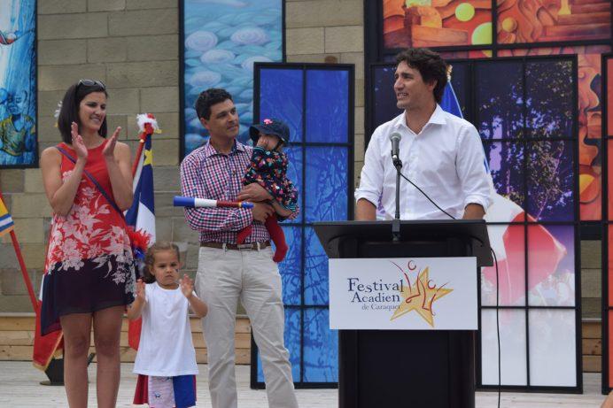 Tintamarre 2016 de Caraquet: le premier ministre, Justin Trudeau, aux côtés du député Serge Cormier et de sa famille. - Acadie Nouvelle: Vincent Pichard