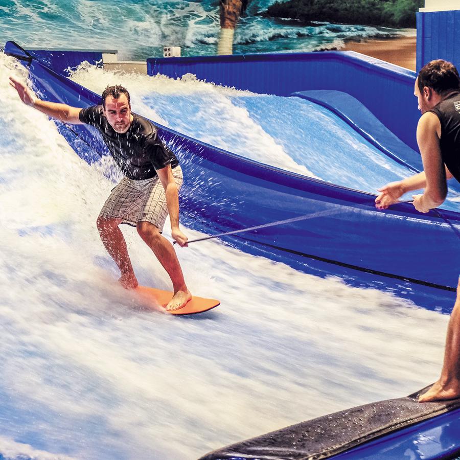 Centre de surf intérieur, Maeva Surf est l'endroit rêvé de tous les surfeurs d'expérience et l'endroit parfait pour les débutants. - Gracieuseté