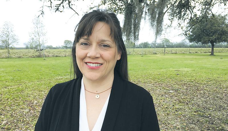 Peggy Feehan, derrière sa résidence, dans un décor typique de la campagne louisianaise. - Gracieuseté
