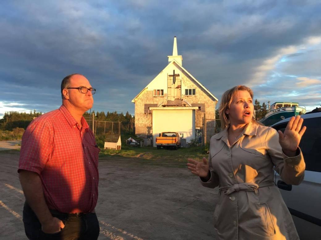 Éric Couture (à gauche), propriétaire de l'ancienne église d'Escuminac, et Monica Lloyd, mercredi soir, lors de la manifestation devant l'édifice. - Gracieuseté: Diane Doiron