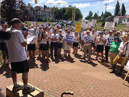 De 200 à 300 personnes ont participé à une manifestation pour la préservation du littoral, dimanche midi à Shediac. - Acadie Nouvelle: Pascal Raiche-Nogue