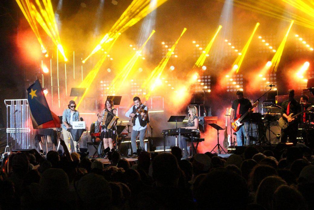 Un mégaspectacle, qui a attiré 10 000 spectateurs, a été retransmis en direct, sur les ondes du réseau national de Radio-Canada, le 15 août 2017. - Acadie Nouvelle: Anne-Marie Provost