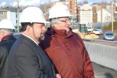 L'ex-maire de Campbellton, Bruce MacIntosh en compagnie du ministre des Transports, Denis Landry, au cours d'une inspection du pont qui surplombe le ruisseau Walker. - Archives
