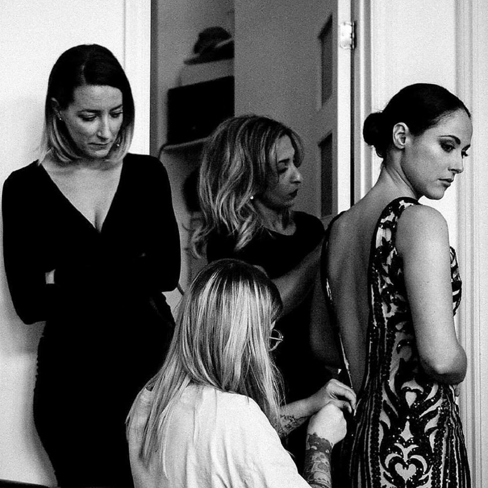 Vanessa Borris (de dos) effectue quelques retouches à la robe de la comédienne Sarah Dagenais-Hakim, robe préparée pour le gala des prix Gémeaux. - Photo Anaïs Faubert
