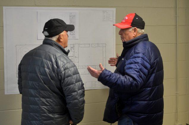 Deux hommes discutent à propos des plans du nouveau centre Kent-Nord, jeudi soir. - Acadie Nouvelle: Jean-Marc Doiron