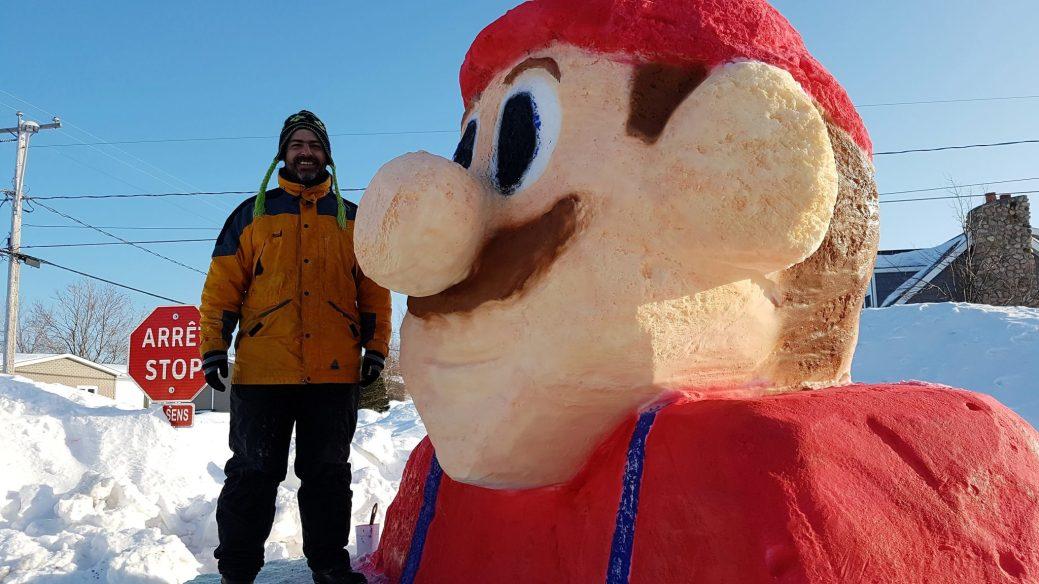 Jean Pascal Brideau devant sa sculpture de neige. - Acadie Nouvelle