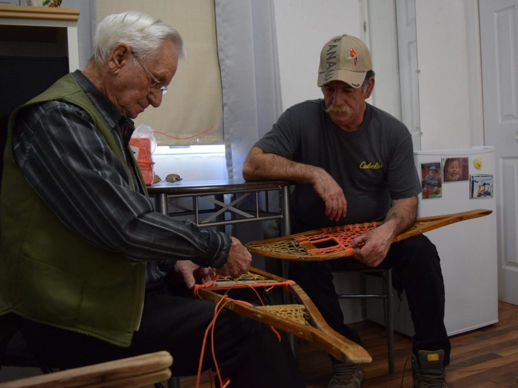 Jérôme Savoie et son fils Donald tressent des raquettes. Acadie Nouvelle : David Caron. 27 février 2018.