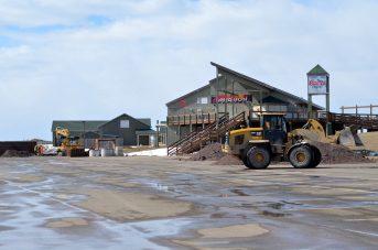 Des employés responsables des travaux d'amélioration du système d'égout de la plage Parlee effectuent des travaux près du Restaurant Parlee Beach. - Acadie Nouvelle: Jean-Marc Doiron
