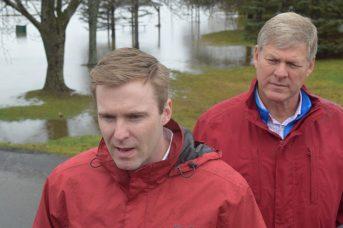 Le premier ministre Brian Gallant en compagnie du vice-premier ministre Stephen Horsman. - Acadie Nouvelle: Mathieu Roy-Comeau