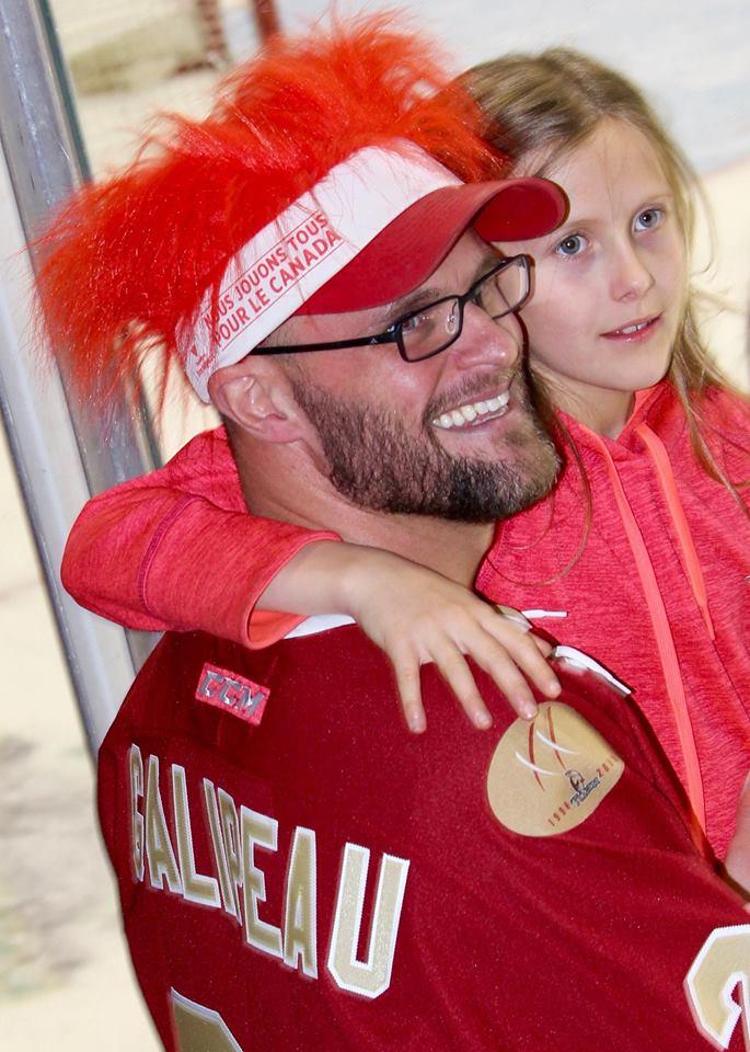 Daniel Pilon, de Bathurst, et sa petite fille Myriam ont cherché à apercevoir Olivier Galipeau, leur «locataire». Avec un joli chapeau rouge, Daniel souriait à pleines dents. - Collaboration spéciale: Emmanuelle Parent