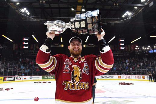 Le capitaine Jeffrey Viel a été le premier à soulever la coupe Memorial. - La Presse canadienne: Jonathan Hayward