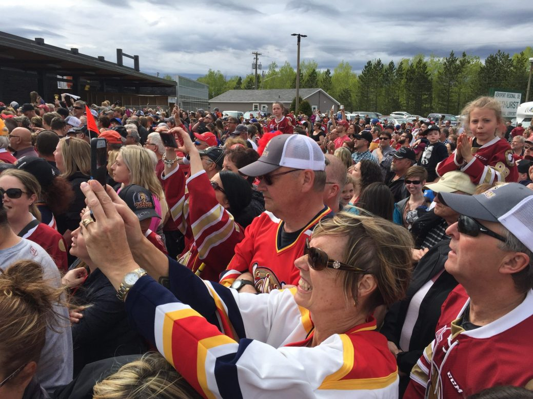 Près de 1500 partisans ont attendu leurs champions, lundi. - Acadie Nouvelle: Robert Lagacé