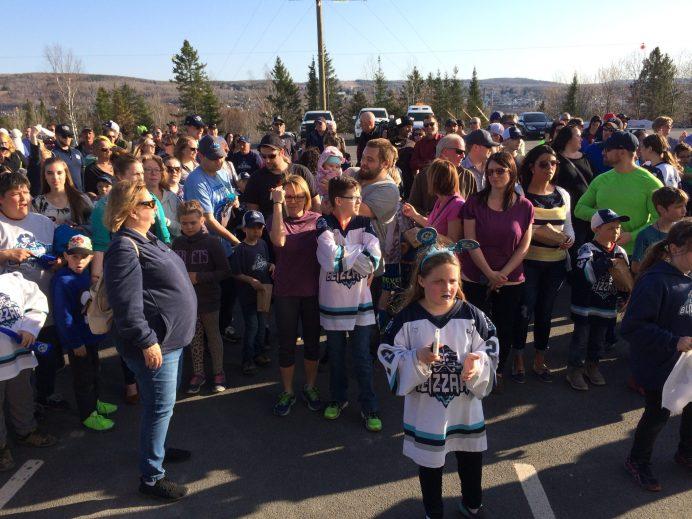 Les partisans du Blizzard étaient visiblement heureux d'assister au défilé et de rencontrer les joueurs de l'équipe. - Acadie Nouvelle: Sébastien Lachance
