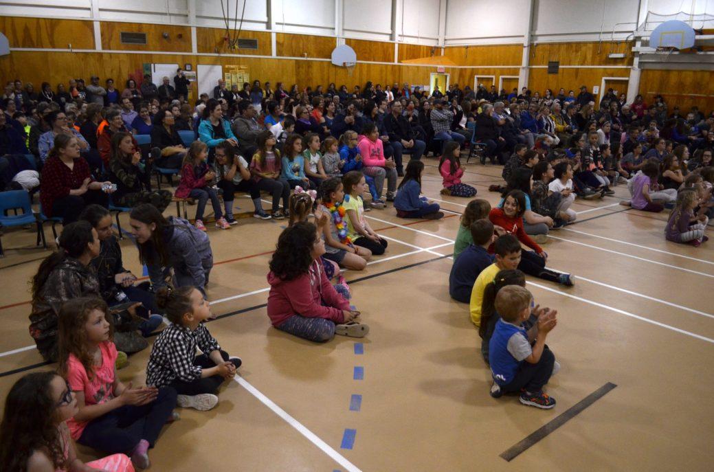 Élèves, parents, anciens et personnel de l'école W.-F.-Boisvert ont dit un dernier adieu à l'école primaire de Rogersville, jeudi. - Acadie Nouvelle: Jean-Marc Doiron