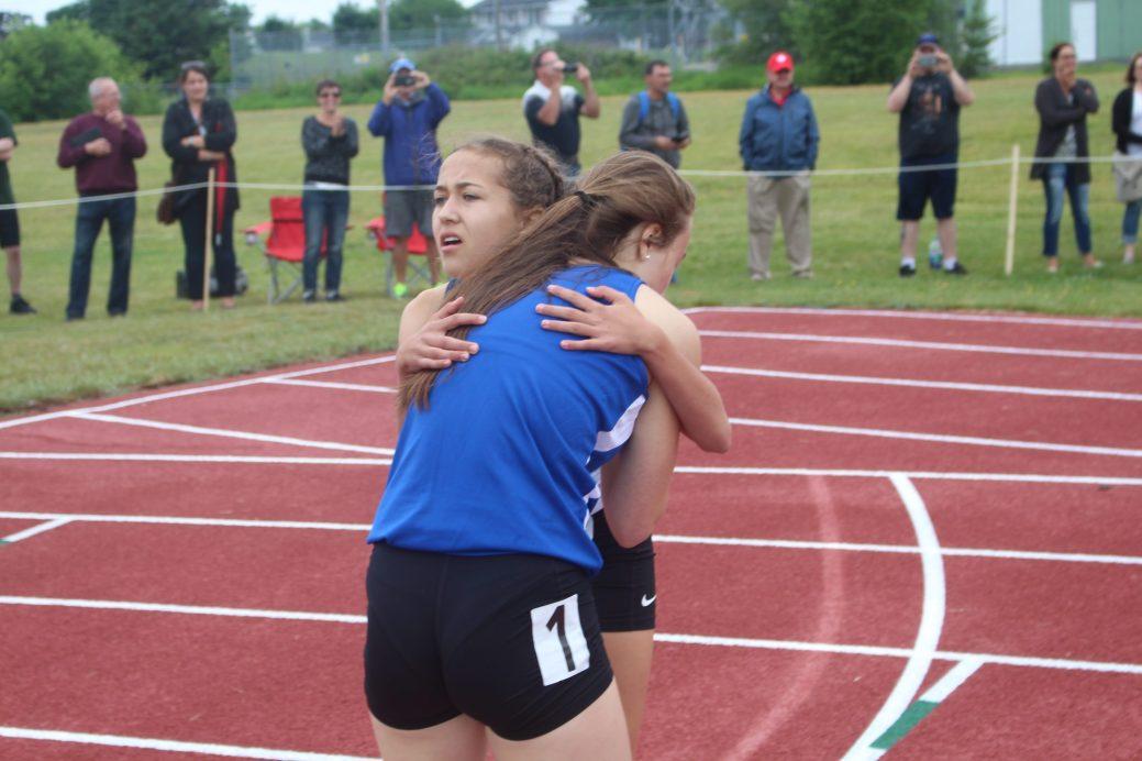 Une image qui résume bien l'esprit des Jeux: Emily Doucet, de Kent, et Madeleine McLeod, du Sud-Est, se sont enlacées après que la première ait battu de justesse la deuxième au 1200 mètres. - Acadie Nouvelle: Sébastien Larocque