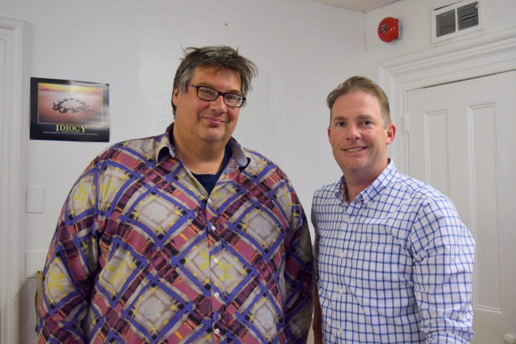 L'ancien ministre libéral Kelly Lamrock et le député progressiste-conservateur Jody Carr. Le deuxième est stagiaire dans le bureau du premier. - Acadie Nouvelle: Mathieu Roy-Comeau