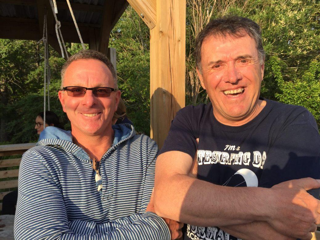 Kitesurfeurs passionnés de longue date, Bertin Thériault et Jean-Denis Frigault ne se lassent pas de se jeter à l'eau. - Acadie Nouvelle: Vincent Pichard