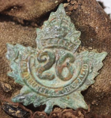 L'insigne du 26e Bataillon d'infanterie canadien (Nouveau-Brunswick), trouvé avec les restes du soldat Thomas. - Gracieuseté: ministère de la Défense