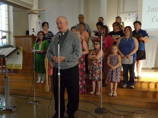 Le prêtre Guy Levesque a donné le coup d'envoi de la soirée musicale Gospel présentée samedi soir à l'église Assomption de Grand-Sault. - Acadie Nouvelle: Sébastien Lachance