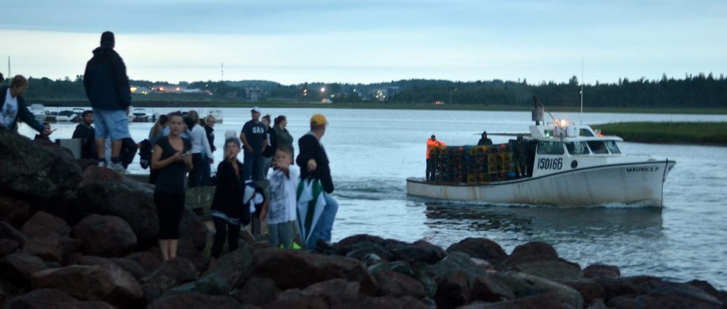 Des dizaines de personnes se sont rendues au quai de l'Aboiteau, de Cap-Pelé, jeudi matin afin d'assister au coup d'envoi de la pêche au homard. - Acadie Nouvelle: Jean-Marc Doiron