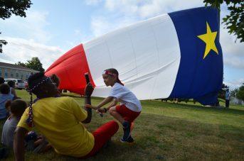 Colombe Gallant et son fils, Arthur, ont assisté à la levée du drapeau géant de l'Acadie à Saint-Louis-de-Kent, mercredi. - Acadie Nouvelle: Jean-Marc Doiron