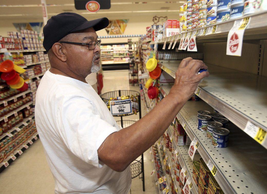Larry Lynch fait ses courses en prévision de l'ouragan Florence au magasin Piggly Wiggly de la rue West Thomas à Rocky Mount, en Caroline du Nord. - (Alan Campbell/Rocky Mount Telegram via AP)