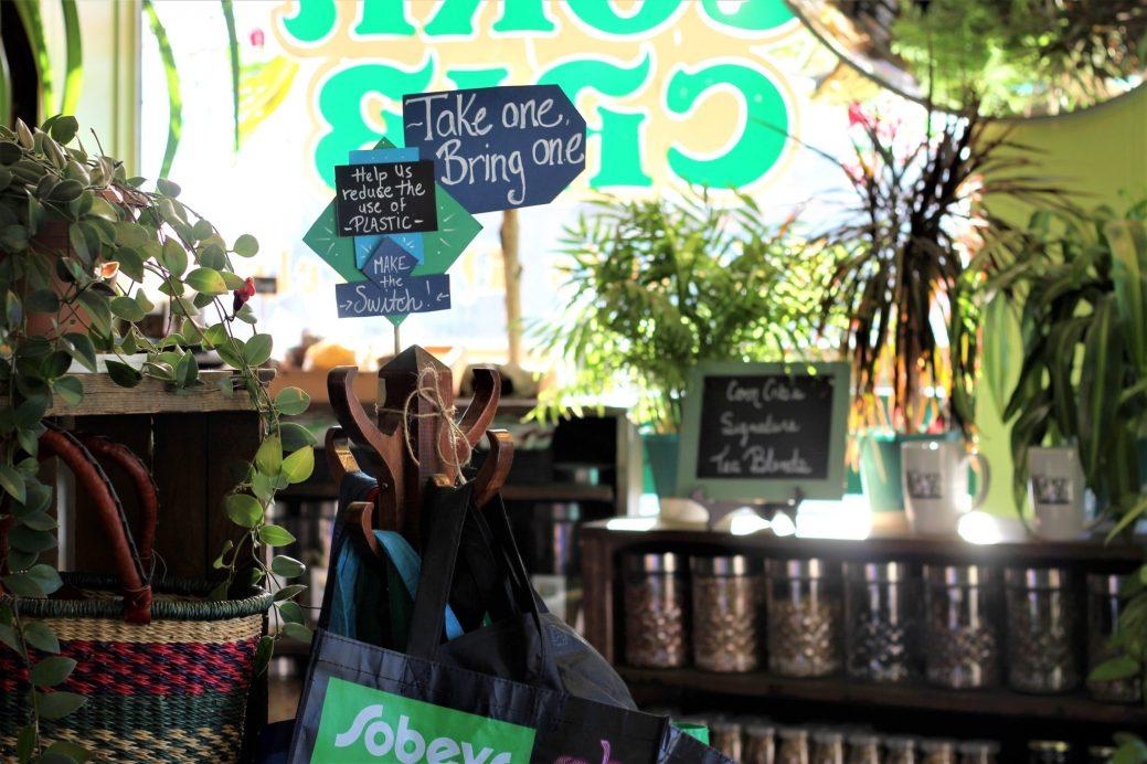 Au Corn Crib, il est possible de récupérer gratuitement un sac réutilisable lorsque l'on n'en a pas avec soi. - Acadie Nouvelle: Simon Delattre