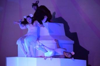 Roxanne Dupuis, Chantal Baudouin et Charles Brecard dans une scène du spectacle Respire par le nez de DansEncorps. Acadie Nouvelle: Sylvie Mousseau