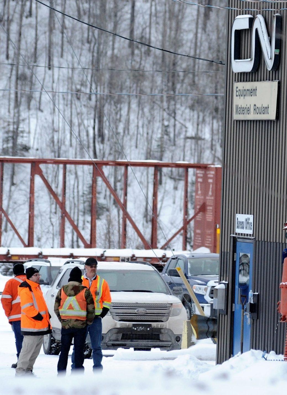 Des employés du CN discutent près des lieux de l'accident. - Photo: Digiphoto Actualité