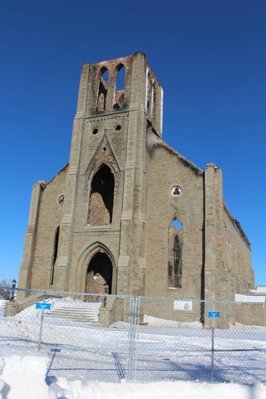 Les récentes bordées de neige ont décoré les ruines calcinées de l'église Saint-Paul de Bas-Caraquet. - Acadie Nouvelle: Réal Fradette