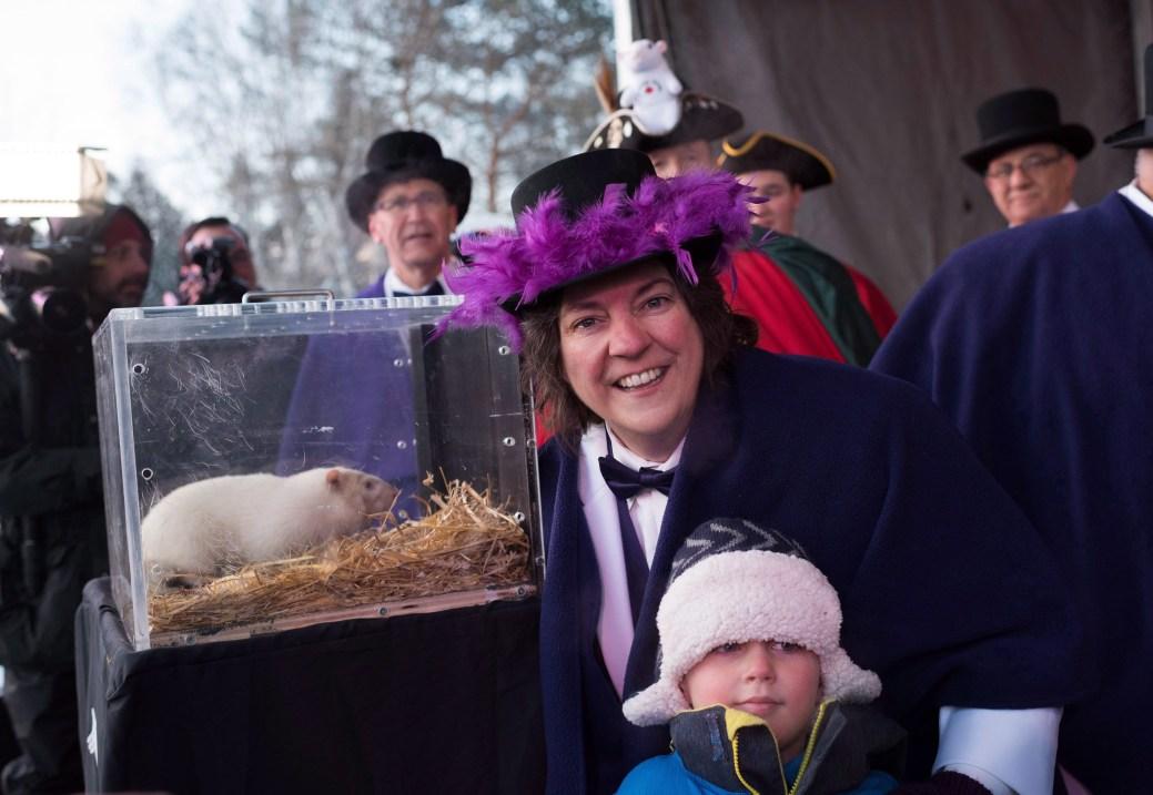 Janice Jackson, mairesse de Wiarton, aux côtés de Cooper Lavery, âgé de 5 ans, et de Wiarton Willie. - PC/Hannah Yoon