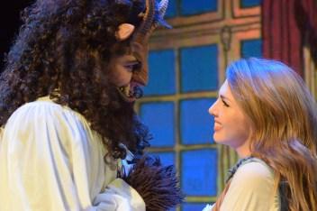 La Bête (Callum Lurie) et Belle (Emma Rudy) répètent une scène au Théâtre Capitol. - Acadie Nouvelle: Sylvie Mousseau