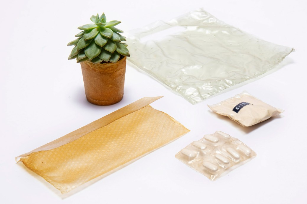 Pots de fleur, emballages, sacs de plastiques... la micro-entreprise britannique Shellworks a développé plusieurs produits à partir de chitosan. - Gracieuseté