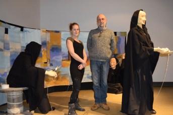 Klervia Desbois et Frédéric Gayer au milieu de l'installation créée par Lirice. Cette dernière a choisi de garder l'anonymat. - Acadie Nouvelle: Sylvie Mousseau