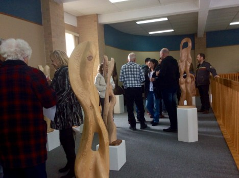 Un bon nombre de personnes se sont déplacées pour le vernissage de l'exposition Toucher du bois. - Gracieuseté.