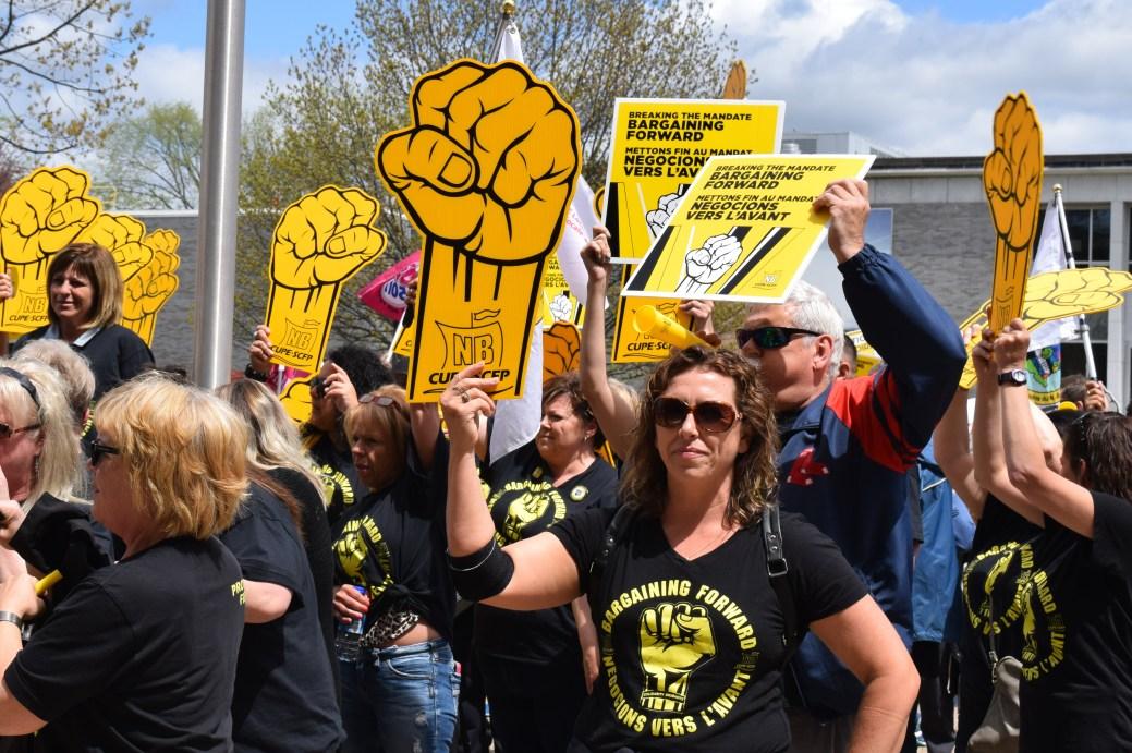 Manifestation de travailleurs des foyers de soins devant l'Assemblée législative. - Archives