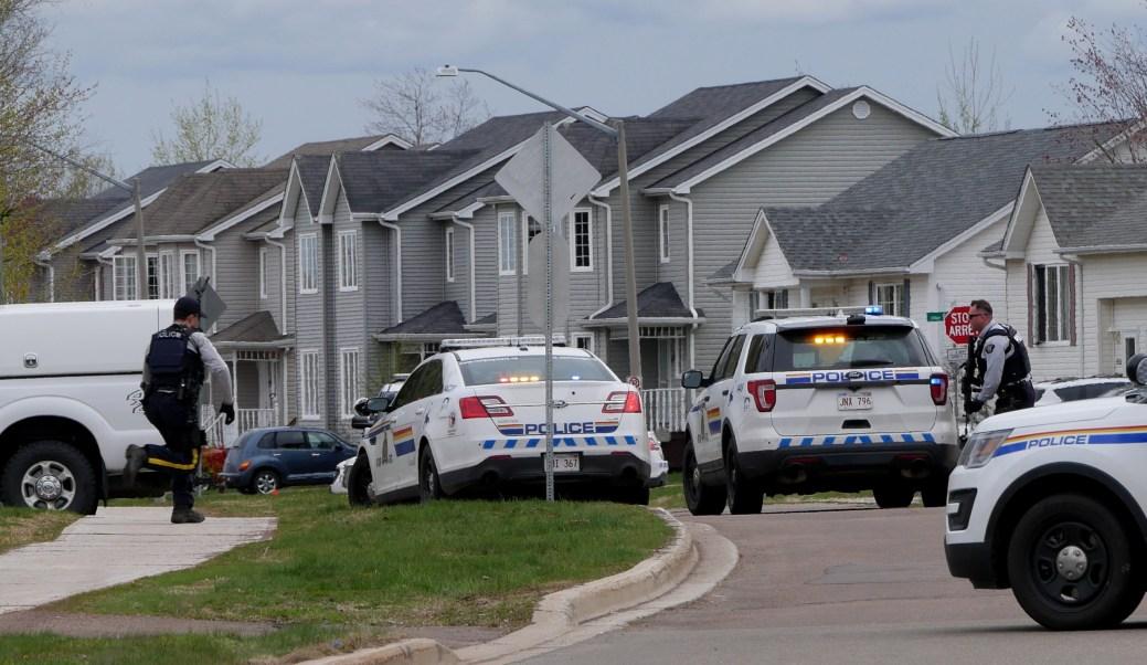 De nombreux gendarmes armés de carabines ont encerclé la maison dimanche après-midi. - Acadie Nouvelle: Simon Delattre