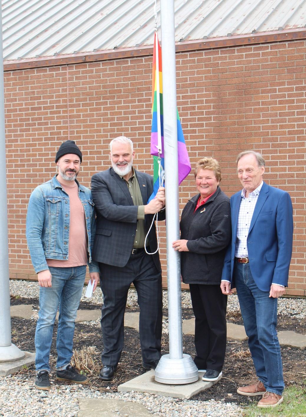 Pascal lejeune, le maire Kevin Haché, la conseillère municipale Mariette Paulin et le président du Rendez-vous de la fierté Acadie Love, Claude Lespérance, se préparent à la levée du drapeau LGBTQ2+. - Acadie Nouvelle: Réal Fradette
