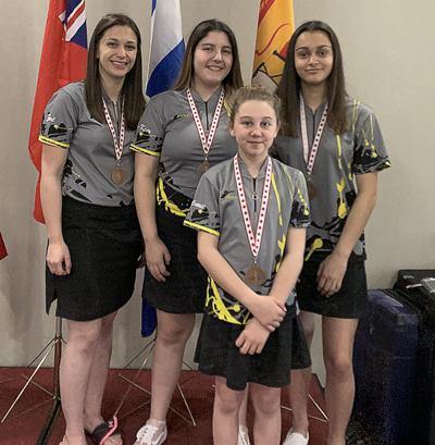 Noémie Cyr, à l'avant, en compagnie dans l'ordre de Zoé Albert-Blanchard, Marie-Kim Robichaud et Kyana Brideau après avoir mis la main sur une médaille de bronze dans le tournoi par équipe féminin regroupant toutes les divisions. - Gracieuseté