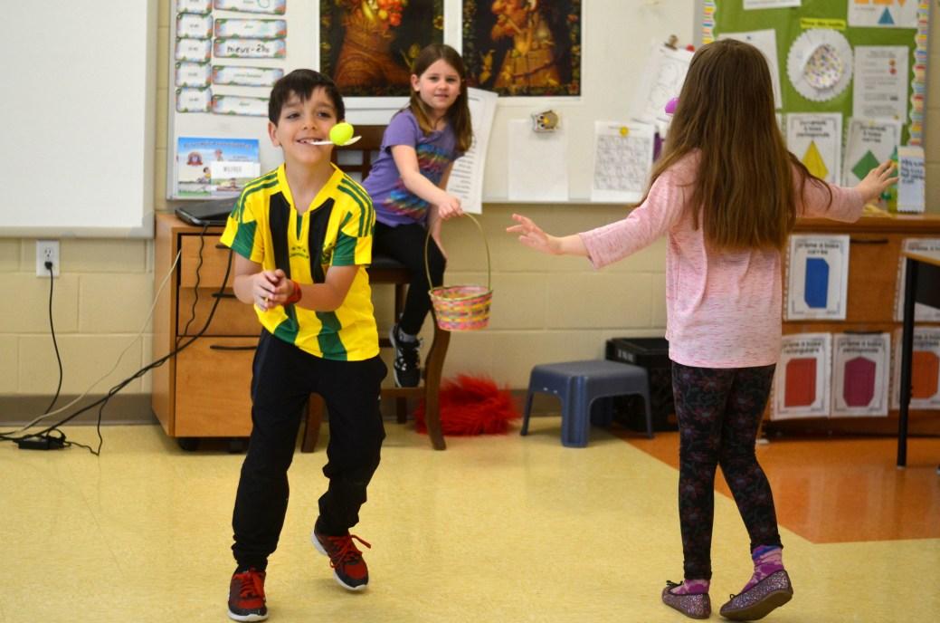 Des élèves de l'école Sainte-Bernadette de Moncton lors d'une activité de pédagogie en mouvement durant leur cours de français. - Archives