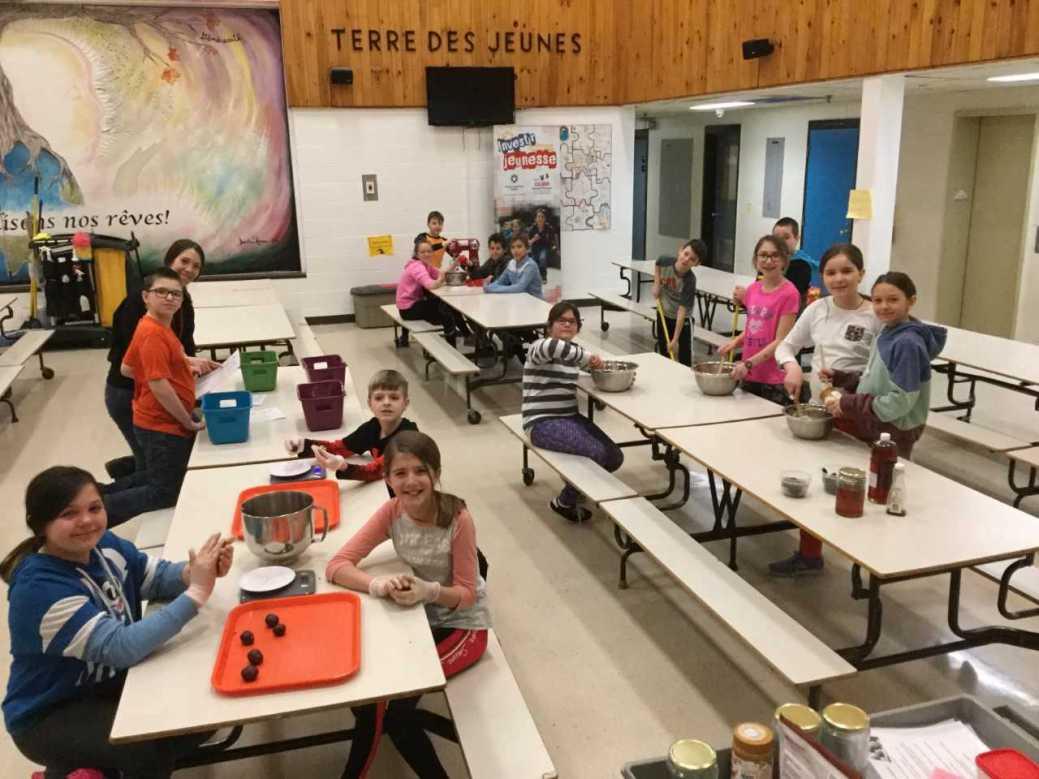 Les élèves de 5e année de Mélissa Lanteigne de l'école Terre-des-Jeunes connaissent beaucoup de succès avec leurs boules-collations Énerg-X. - Archives