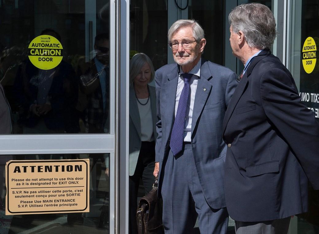 Derek Oland, l'oncle de Dennis Oland, et ancien président de la Brasserie Moosehead, quitte le palais de justice. - PC
